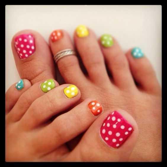 Bunte Tupfen-Nails