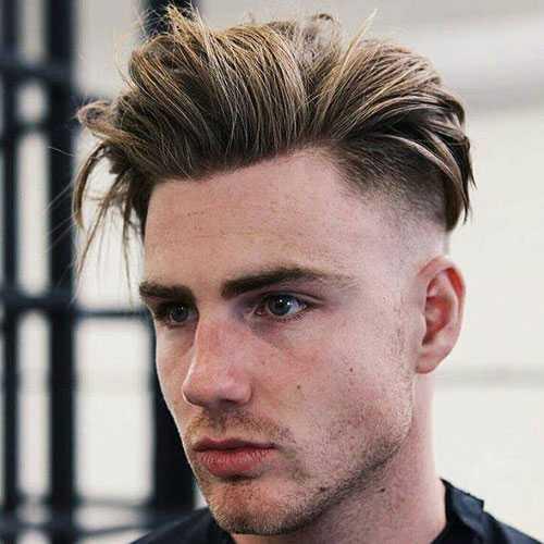 Teenager Frisur - Mid Fade mit langen glatten Haaren