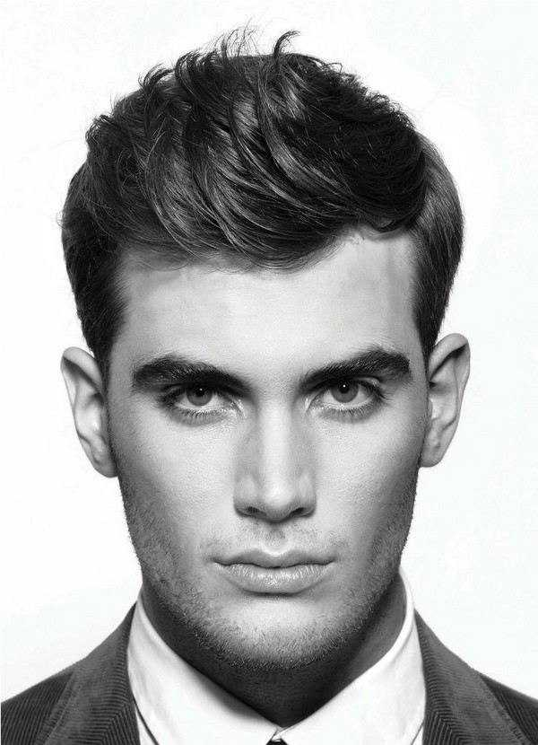 Strukturierter Kamm über Frisur Männer