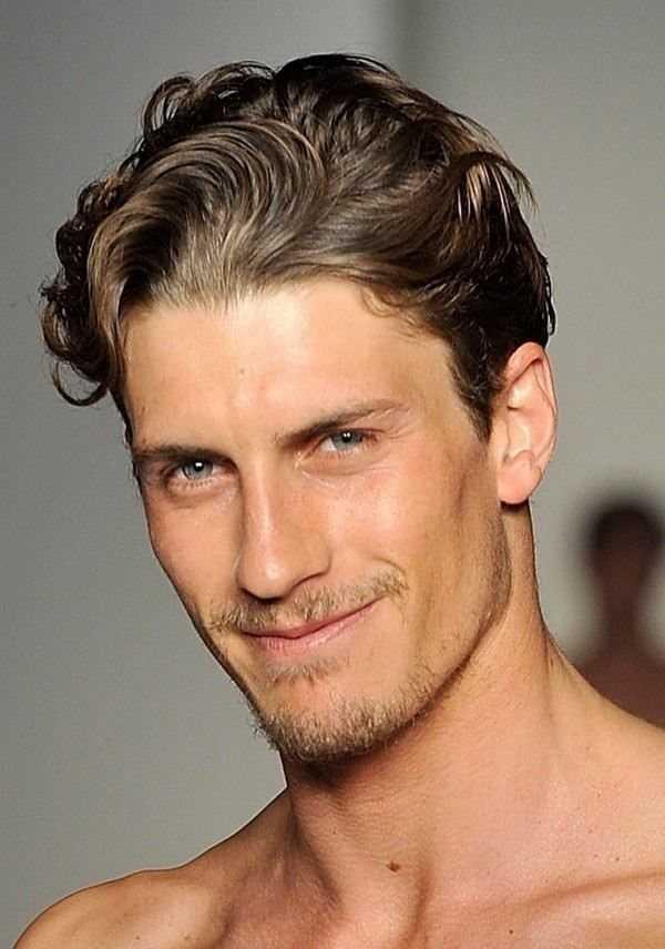 kurze wellige Haarschnitte für Männer