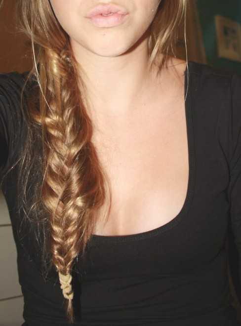 Mädchen-beiläufige unordentliche Fischschwanz-Zopf-Frisur