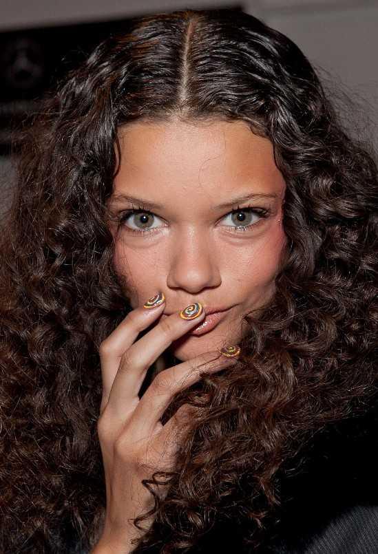 Lange dunkelbraune lockige Frisuren für Frauen