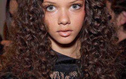 Wunderschöne lange lockige Frisur von Marina Nery