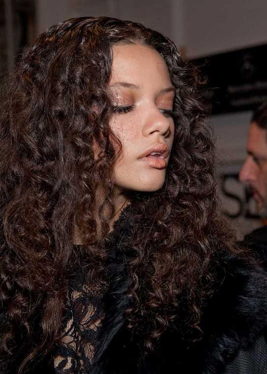 Seitenansicht von Marina Nery Long Curly Frisur